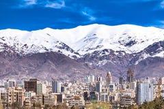 Montañas de Alborz, Albourz Teherán del norte, vista espectacular al principio de la primavera El otro lado del mar Caspio Foto de archivo