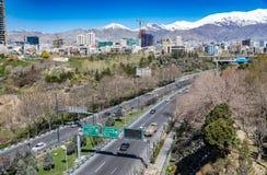 Montañas de Alborz, Albourz Teherán del norte, vista espectacular al principio de la primavera El otro lado del mar Caspio Fotografía de archivo libre de regalías