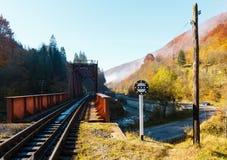 Montañas de Autumn Carpathian, puente y río, Ucrania del ferrocarril Imagen de archivo libre de regalías