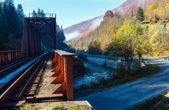 Montañas de Autumn Carpathian, puente y río, Ucrania del ferrocarril Imagen de archivo