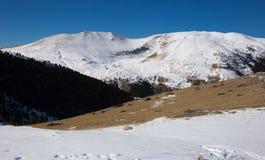 Montañas de Beautidul de los Pirineos en invierno fotos de archivo