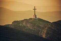 Montañas de Bucegi, la cruz de Caraiman Foto de archivo libre de regalías