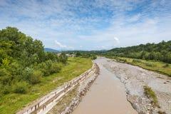 Montañas de Bucegi y río de Prahova en Campina, Rumania Imagen de archivo