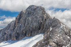 Montañas de Dachstein del austriaco con el glaciar y las nubes que rodean el top Foto de archivo