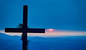Montañas de desatención cruzadas de la adoración cristiana en la salida del sol Imágenes de archivo libres de regalías