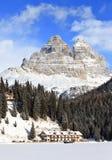 Montañas de Dolomiti y lago Misurina Foto de archivo