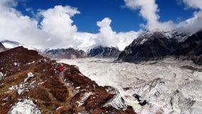 Montañas de Himalaya que emigran al escalador Fotografía de archivo