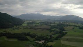 Montañas de Isartal Karwendel Tiro a?reo del abej?n Río de Isar, Baviera, mún Toelz Greiling, Alemania almacen de metraje de vídeo