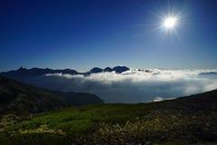 Montañas de Japón del claro de luna de Kasa del soporte fotografía de archivo