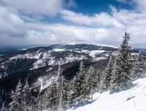 Montañas de Jeseniky del invierno con nieve y cielo azul con las nubes Imagen de archivo