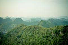 Montañas de la bahía y de Catba de Halong Imagen de archivo libre de regalías