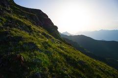 Montañas de la belleza en la puesta del sol foto de archivo libre de regalías