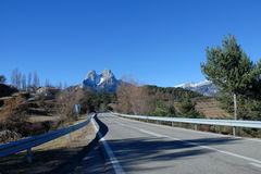 Montañas de la carretera del área natural del interés nacional del macizo de Pedraforca Fotografía de archivo