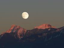 Montañas de la cascada que igualan la luna Imágenes de archivo libres de regalías