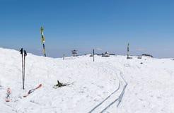 Montañas de la estación del invierno del esquí y equipo del esquí en funcionamiento de esquí Imagenes de archivo