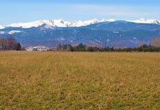 Montañas de la granja y de la nieve de la pradera imagenes de archivo