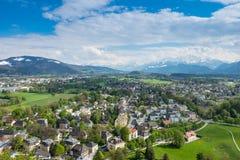 Montañas de la montaña del fondo de la ciudad de Salzburg de la opinión del cielo fotos de archivo libres de regalías