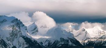 Montañas de la montaña del paisaje del panorama en invierno Imagen de archivo