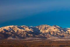 Montañas de la montaña en la puesta del sol Imágenes de archivo libres de regalías