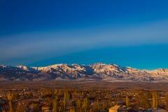 Montañas de la montaña en la puesta del sol Imagenes de archivo