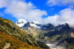 Montañas de la nieve con el glaciar Fotos de archivo
