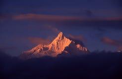Montañas de la nieve de Meili en la salida del sol Fotografía de archivo
