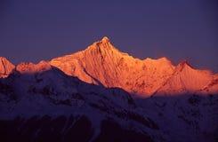 Montañas de la nieve de Meili en la salida del sol Imagen de archivo libre de regalías