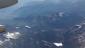 Montañas de la nieve del avión