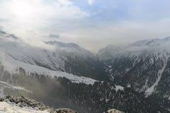 Montañas de la nieve en un día nublado Fotos de archivo