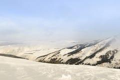 Montañas de la nieve en un día nublado Imagenes de archivo