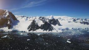 Montañas de la nieve, línea de la playa de la Antártida Tiro aéreo almacen de video