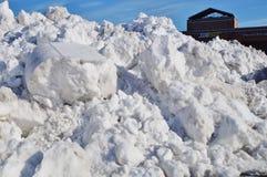 Montañas de la nieve llenadas para arriba en las calles después de una tormenta del invierno Imágenes de archivo libres de regalías