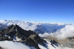 Montañas de la nieve Nubes bajas Fotos de archivo libres de regalías