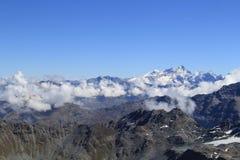 Montañas de la nieve Nubes bajas Imágenes de archivo libres de regalías