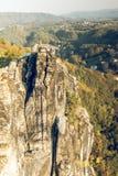 Montañas de la piedra arenisca de Elba del paisaje con el bosque y montañas en el fondo un pueblo en humor del otoño fotos de archivo