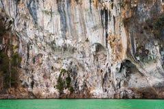 Montañas de la piedra caliza en el parque nacional de Khao Sok Imagen de archivo