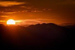 Montañas de la puesta del sol Fotos de archivo