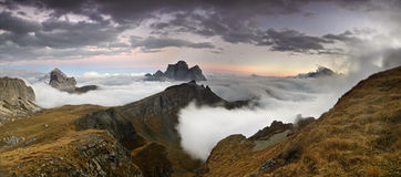 Montañas de la puesta del sol del panorama en dolomía foto de archivo libre de regalías