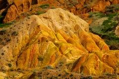 Montañas de la roca del amarillo de la forma y valle inusuales de la formación de roca imagen de archivo libre de regalías