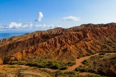 Montañas de la roca y valle rojos de la formación de roca Imagen de archivo
