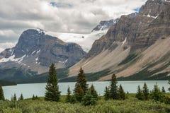 Montañas de la ruta verde de Icefields con el glaciar y el lago Fotos de archivo