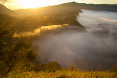 Montañas de la salida del sol Mañana Volcano Viewpoint de la naturaleza de Asia Senderismo de la montaña, pueblo de Bali del vall Foto de archivo