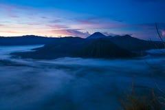 Montañas de la salida del sol Mañana Volcano Viewpoint de la naturaleza de Bali Senderismo de la montaña, paisaje de la visión Na Imagen de archivo