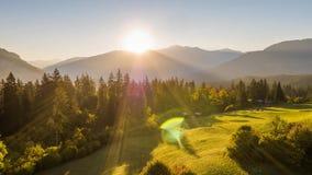Montañas de la salida del sol sobre el campo Suiza 4k aéreo de la naturaleza almacen de video