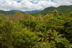 Montañas de la selva y cielo nublado Imagenes de archivo