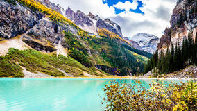 Montañas de Lake Louise y de Fairview en el parque nacional de Banff Fotos de archivo
