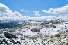 Montañas de las montañas con las nubes en el cielo Fotografía de archivo libre de regalías