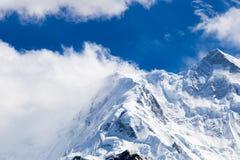 Montañas de las cubiertas de nieve Fotos de archivo libres de regalías