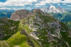 Montañas de las dolomías, visión desde Formin Imagen de archivo