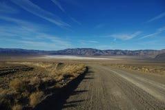 Montañas de las virutas para rellenar y planos de la sal, Nevada Imagen de archivo libre de regalías
